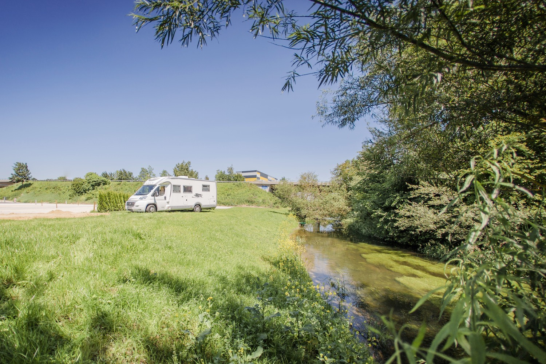 Campingplatz, Wohnmobil, großflächig, im Grünen, Natur, Fluss